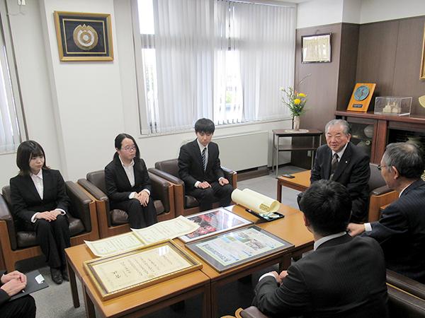 渡辺市長に入賞を報告