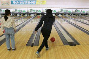 ボールを投げる学生