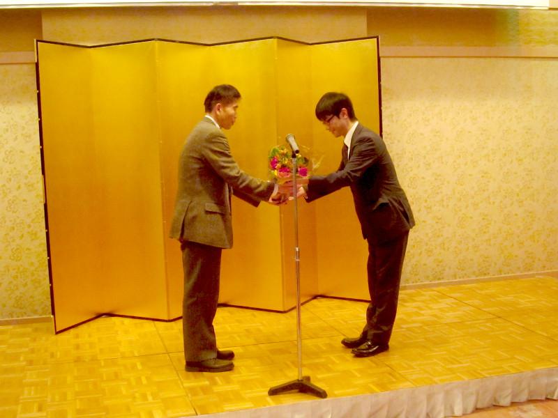 3年クリエイティブエキスパート科の花束贈呈
