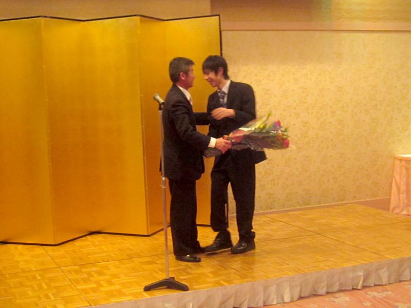 2年IT・ビジネス科の花束贈呈