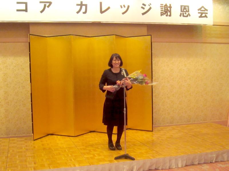 2年医療ビジネス科の花束贈呈