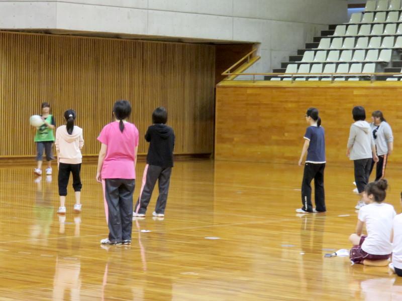 ドッジボールをする学生