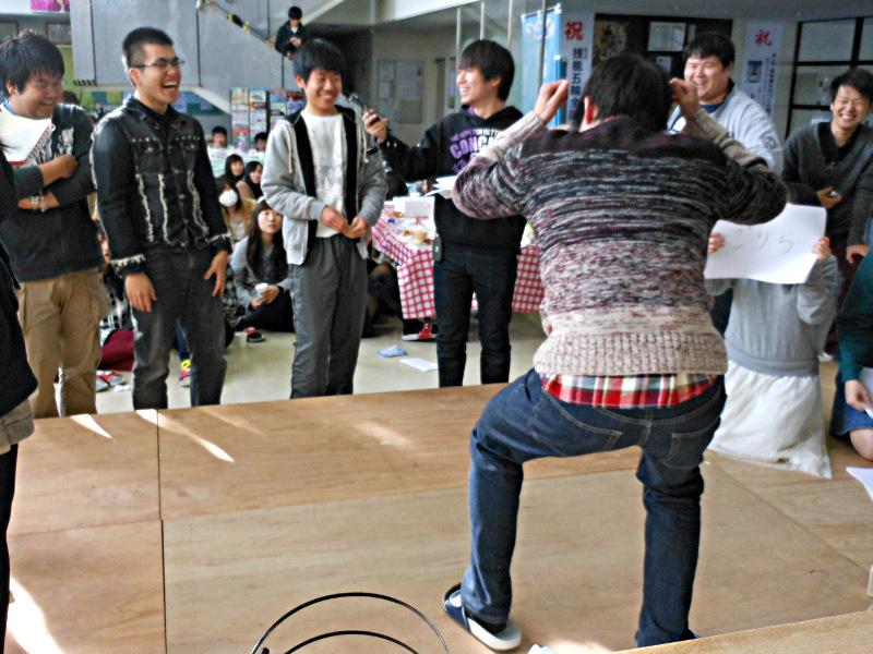 ジェスチャーゲームで盛り上がる学生